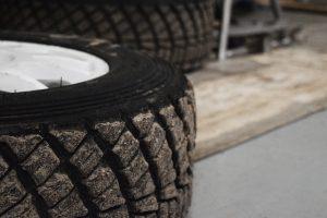 大型トラックのタイヤの脱輪はなぜ起こる?原因と対処法とは