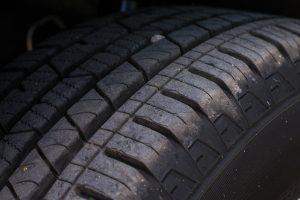 トラックタイヤの偏摩耗はなぜおきる?原因と対策について