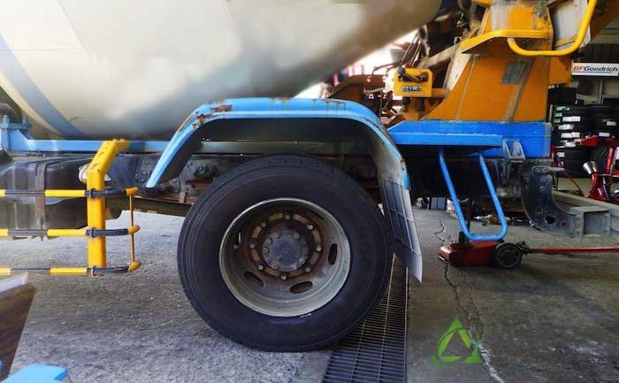 反対側 タイヤ交換 フェンダー