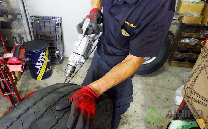ドリル 穴を開ける タイヤ